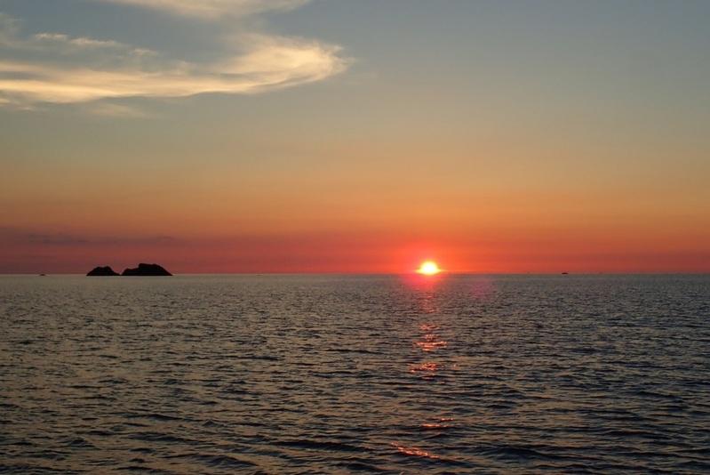心洗われる水平線に沈む夕焼け…