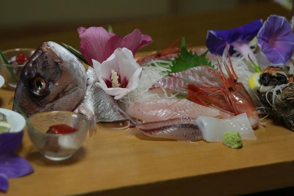 まな板に季節の地魚のお刺身を盛り合わせます。